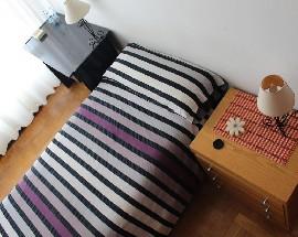 Habitacion con ventanal en piso bonito