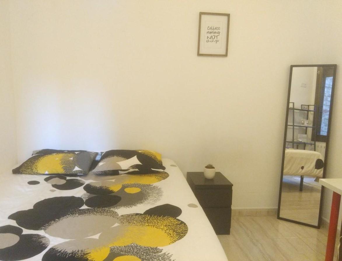 Chica busca habitacion o piso para alquilar en Barcelona